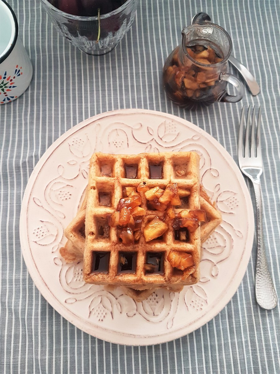 Waffles de avena con canela y miel de manzanas/ Oats and cinnamon waffles with apple syrup