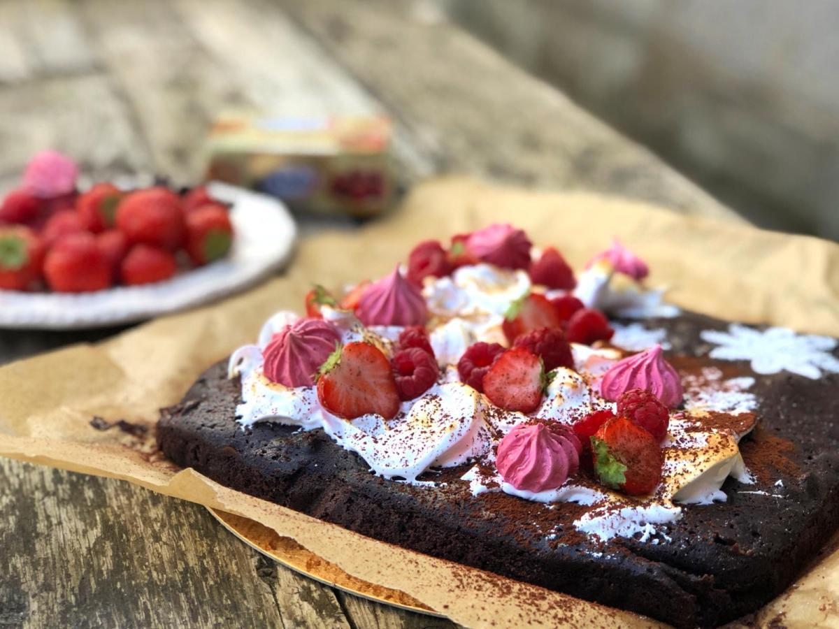 Cappuccino brownie met rood fruit