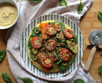Pizza in padella con hummus, spinaci e verdure grigliate (Vegan)