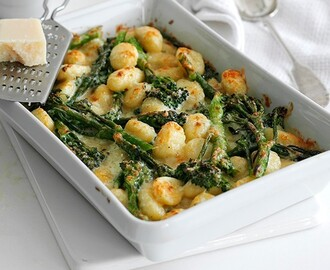 Baked gnocchi with broccoli, blue cheese and walnuts