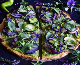 Socca pizza with arugula pesto and vegetables