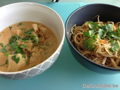 Kip panaeng curry en noedels
