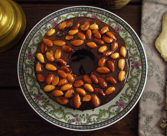 Banana cake topped with caramelized almond | Food From Portugal