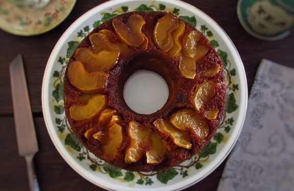 Cinnamon cake with caramelized apple