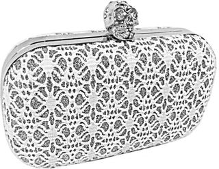 Vit aftonväska i boxform, smyckad med döskalle, mönster i silver