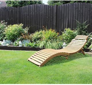 Charles Bentley trädgård stora vika böjda liggande trä solstol utep...