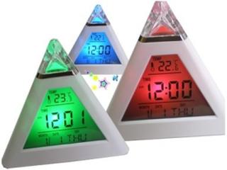 Väckarklocka pyramid med kalender, temp, 7-färger