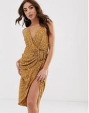ASOS DESIGN - Draperad klänning med paljetter och hornspänne - Brons