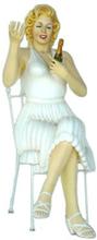 Monroe sittande med champagne 142 cm