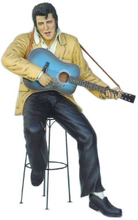 The king sittande med gitarr 178 cm