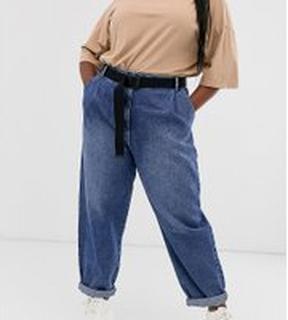 ASOS DESIGN Curve tapered leg boyfriend jeans with curve seam in mid vintage wash with webbing belt - Mid vintage blue