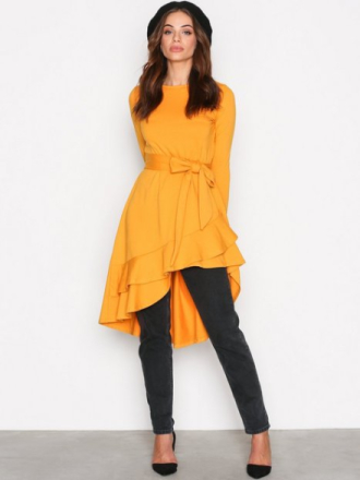 Langermede kjoler - Mustard NLY Trend High Low Frill LS Dress