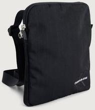 Calvin Klein Monogram nylon micro flatpack Svart