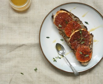 Grilled grapefruit on toast. Grilovaný grep na toaste.
