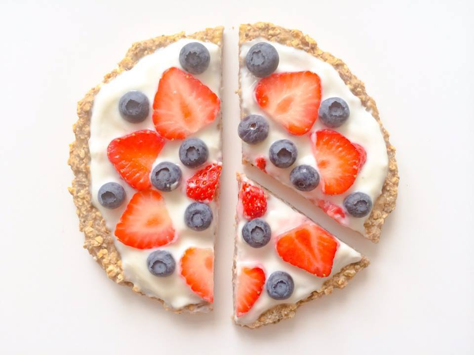 Breakfast Pizza: Havermout/banaan pizza met een (soja)yoghurt saus en fruit topping