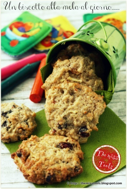 Merenda per la scuola? Biscotti Mela, Nocciole e Fiocchi d'Avena - A snack for kids? Apple, Hazelnuts and Rolled Oats Cookies