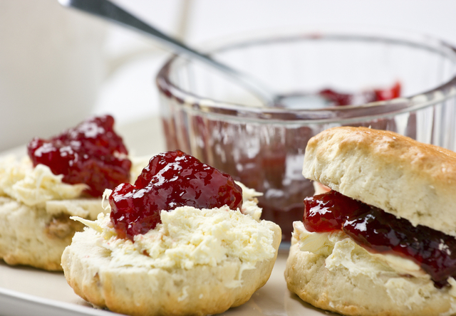 Homemade scones met clotted cream en jam
