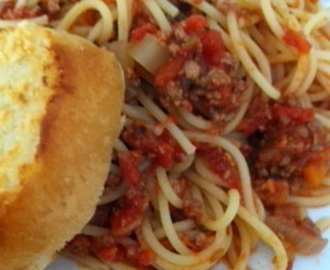 Spaghetti Bolognese with Garlic Toast