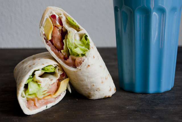 Wrap met zalm, roomkaas en avocado