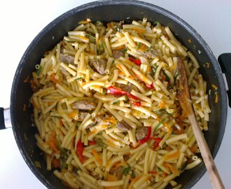 Macarrão no wok com legumes e carne / Wok with pasta, vegetables and meat