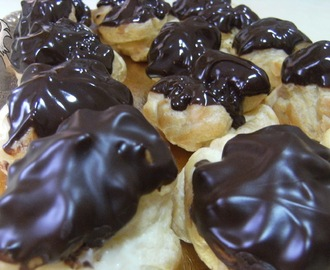 PROFITEROLES CON CHOCOLATE RELLENOS DE CREMA CHANTILLY