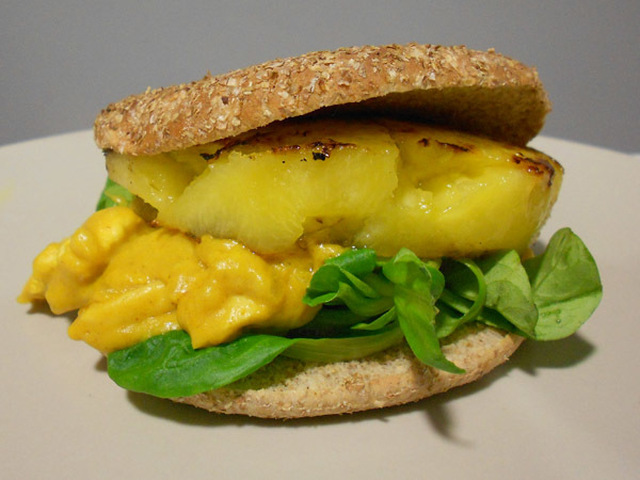 Sándwich de pollo al curry y piña