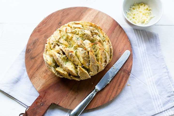 Esy pull apart bread with garlic butter and cheese