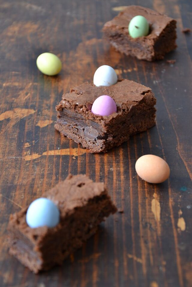 BROWNIES CON OVETTI ARCOBALENO