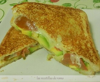 SANDWICH DE AGUACATE, QUESO Y TOMATE
