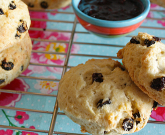Homemade scones met clotted cream
