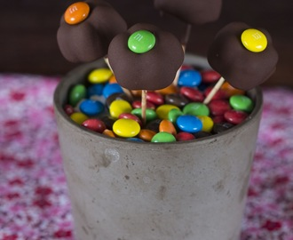 Bombones de mousse de chocolate en forma de flor decorados con M&M´s