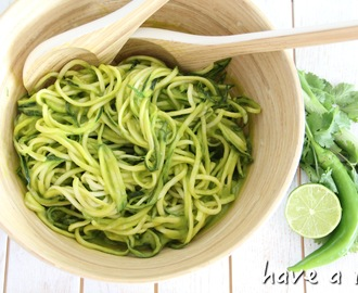 "Zucchini-""Pasta"" mit Mango-Avocadodressing (raw-vegan)"
