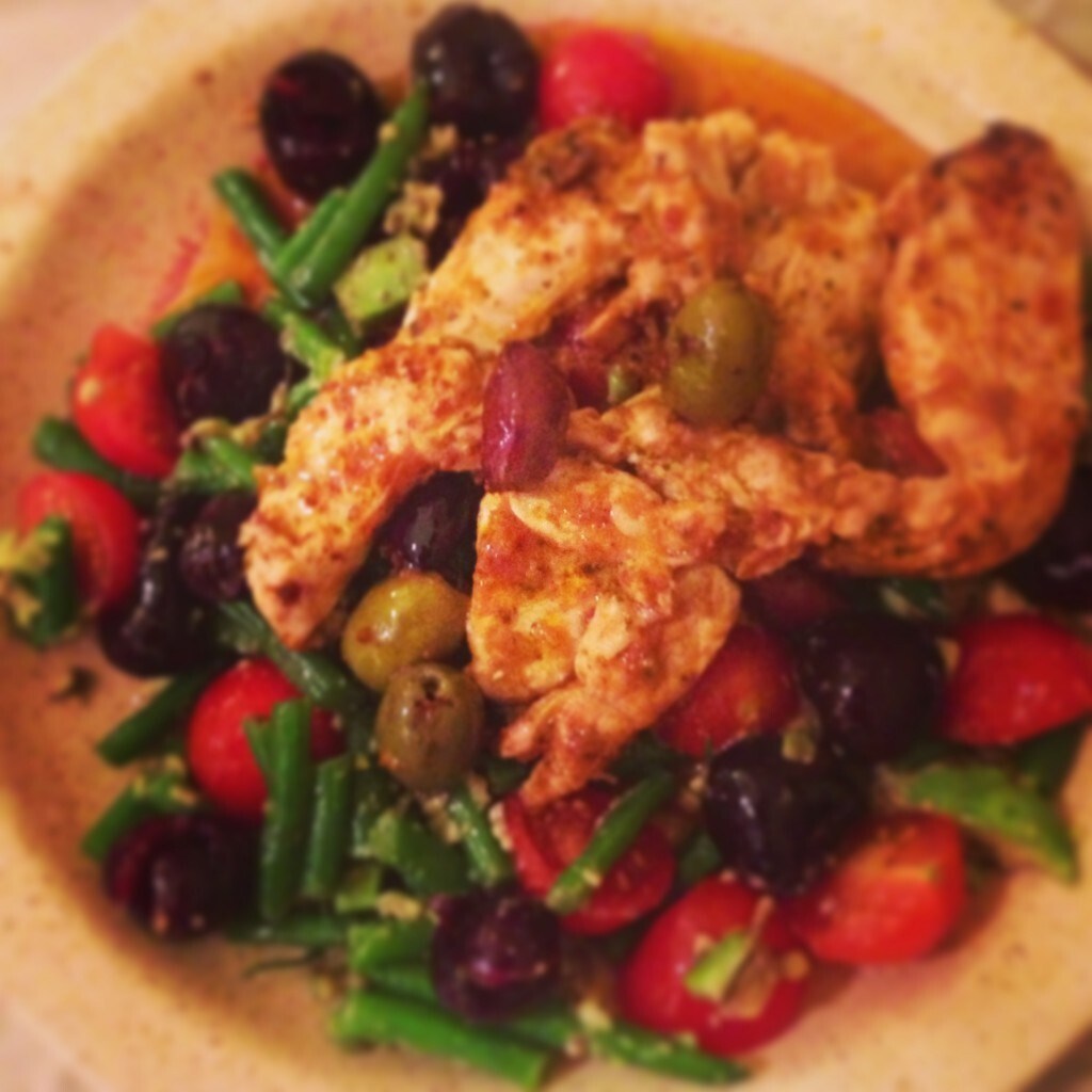 Healthy dinner idea: turkey with cherries, cherry tomatoes, olives, avocado and green beans