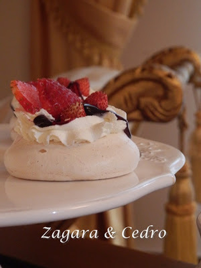 Mini Pavlova alla Panna Fragole e Caramello di Mirtillo nero