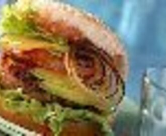 Hamburgers met avocado en krokante bacon