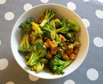 Tofu & broccoli in pittige pindasaus