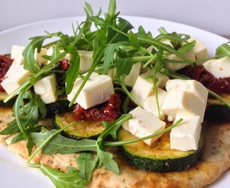 Happy Healty Lunch: Naanbrood met rucola, courgette en zongedroogde tomaatjes