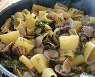 Calamarata con vongole e broccoletti/Calamarata pasta with clams and broccoli rapini