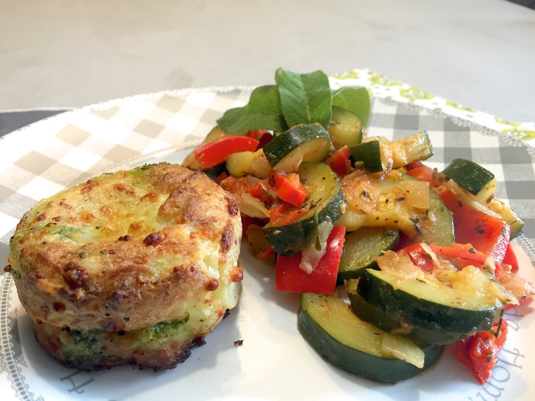 Courgette ratatouille met mini broccoli gratin