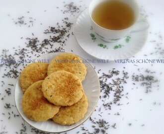 So leckere Lavendelkekse mit einer schönen Tasse Tee!  -  Very delicious Lavender Cookies with a nice Cup of Tea!
