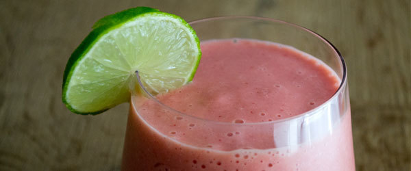 Pink power smoothie met aardbei, mango, appel en limoen