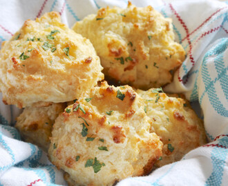 Copycat Red Lobster Biscuits: Garlicky, Buttery, Cheddar Bay Love