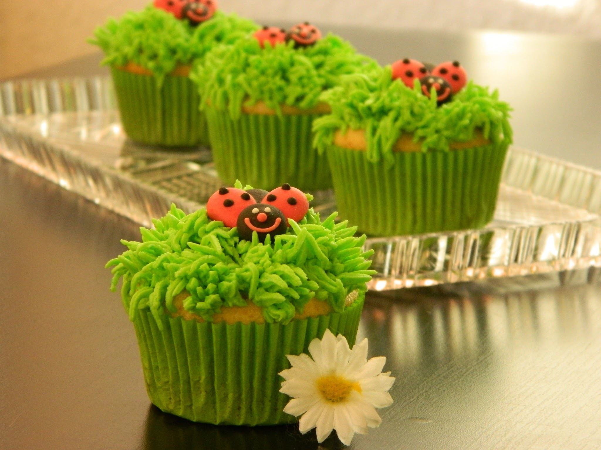 Vanilla Cupcakes with grass shaped frosting. Grastüllen Dekorieren.