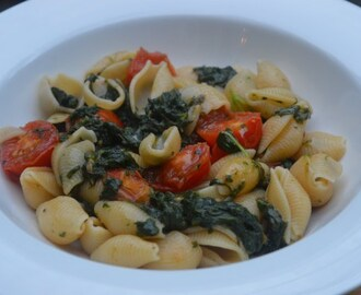 Pasta, spinach & cherry tomatoes