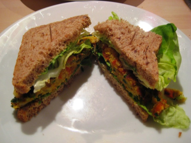 Home made vegetarische burgers met mais en paprika