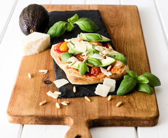Große Pizzaliebe: Fixe Sommerpizza mit Avocado (quick and easy dank Knack & Back).