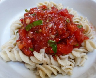No-Cook Tomato Sauce With Garlic And Fresh Basil - Vegan And Gluten Free