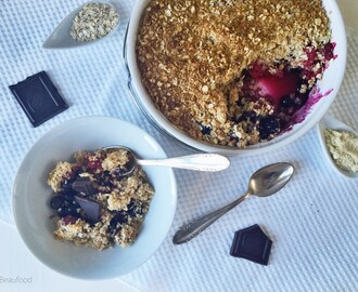 Warme amandelcrumble met rood fruit