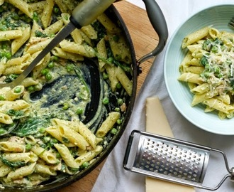 Creamy pesto salmon pasta with peas and spinach