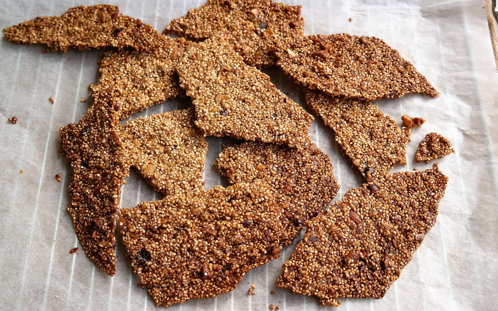 sesam quinoa crackers
